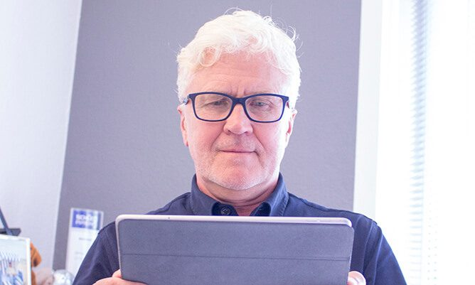 Blog plantamedium Digitale Revolution Mann vor Tablet
